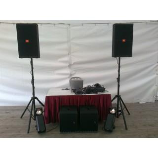 Диджей(Dj) со своим звуковым и световым оборудованием